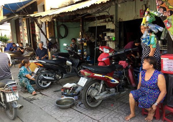 Những người phụ nữ hơn 50 năm cầm cờ lê, mỏ lết giữa Sài Gòn-1
