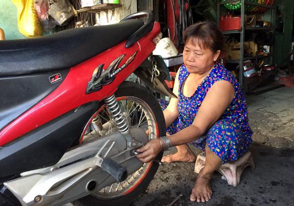 Những người phụ nữ hơn 50 năm cầm cờ lê, mỏ lết giữa Sài Gòn-2