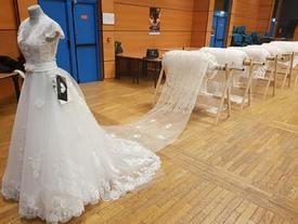 Bộ váy cưới dài nhất thế giới, suýt soát chiều cao Everest