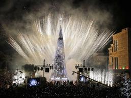 Choáng ngợp 12 cây thông Noel đẹp và 'khủng' nhất năm 2017