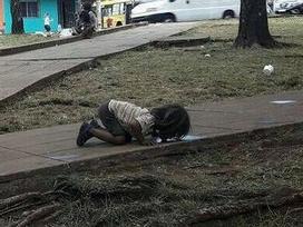 Bức ảnh bé gái quỳ gối, uống vũng nước trên đường vì đói khát khiến cả thế giới rúng động