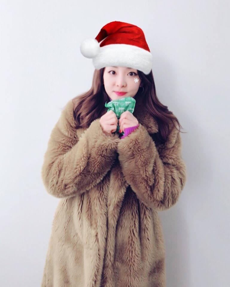Dàn mỹ nhân Hàn tô đậm không khí Giáng sinh bằng street style sắc màu rực rỡ-3