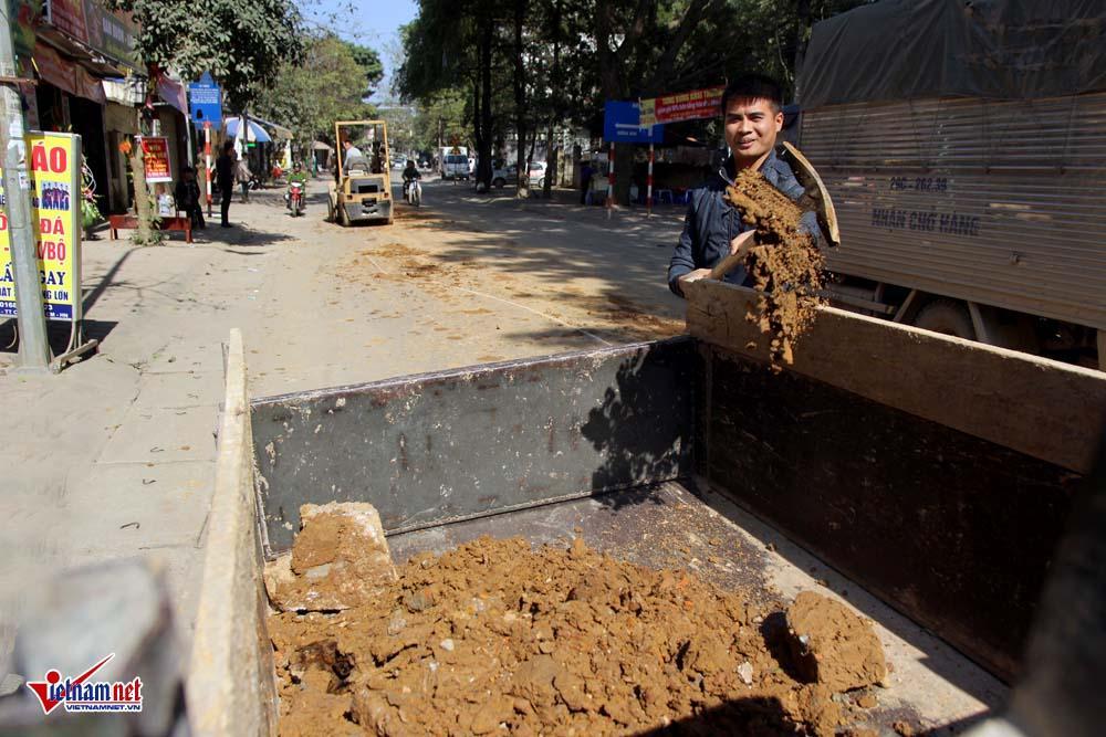 Xe máy lạc lái làm xiếc trên phố Hà Nội ngập đất, đá-10