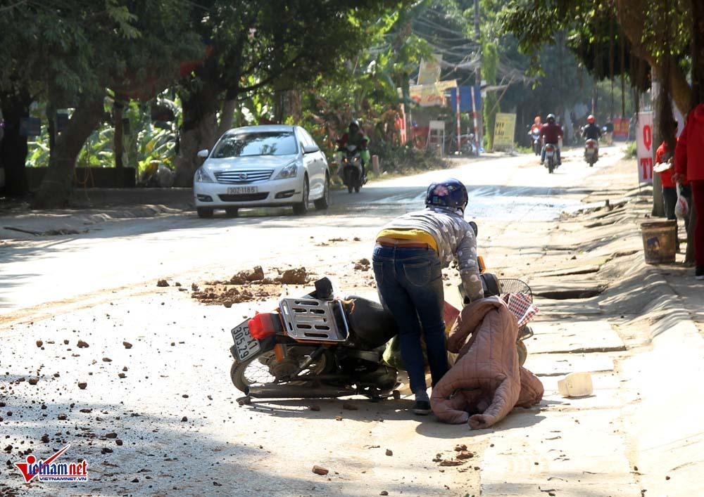 Xe máy lạc lái làm xiếc trên phố Hà Nội ngập đất, đá-2