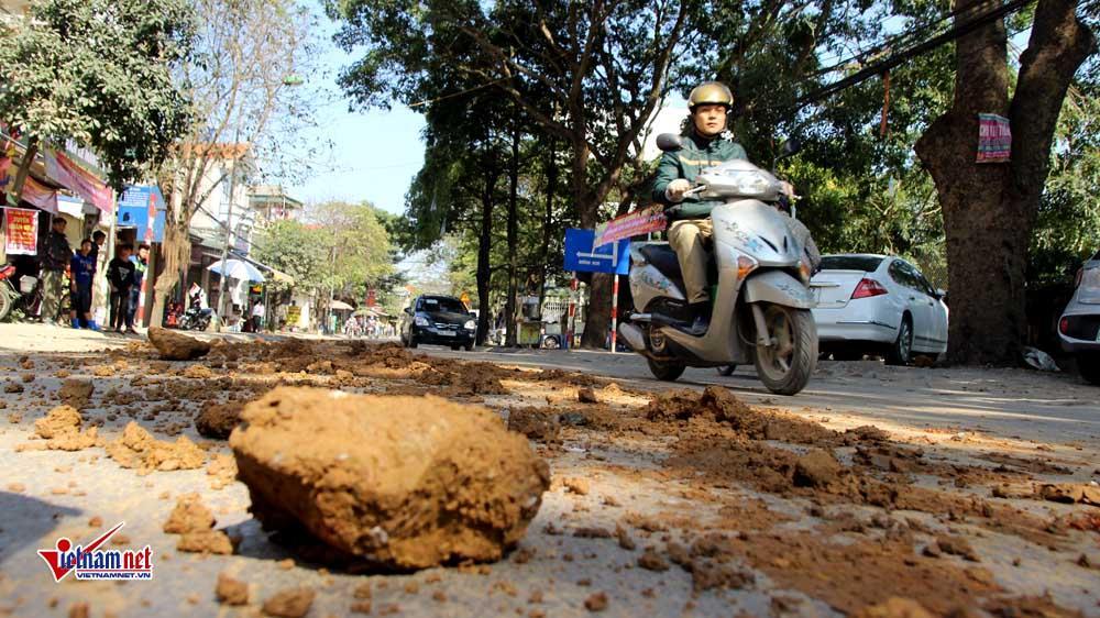 Xe máy lạc lái làm xiếc trên phố Hà Nội ngập đất, đá-3
