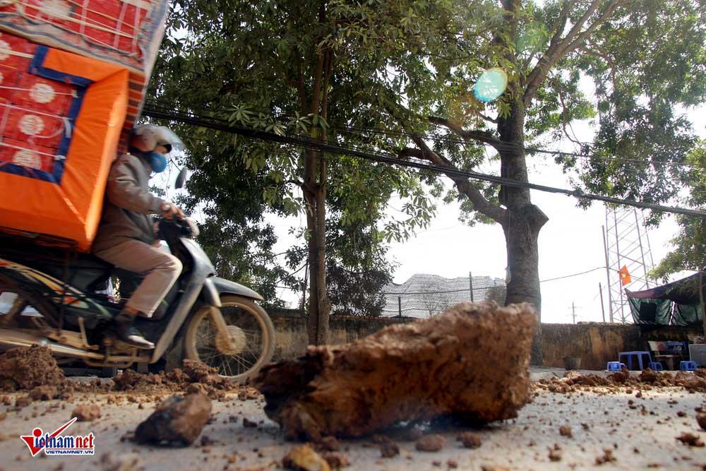 Xe máy lạc lái làm xiếc trên phố Hà Nội ngập đất, đá-4