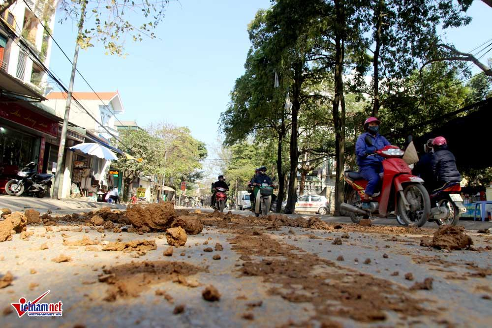 Xe máy lạc lái làm xiếc trên phố Hà Nội ngập đất, đá-5