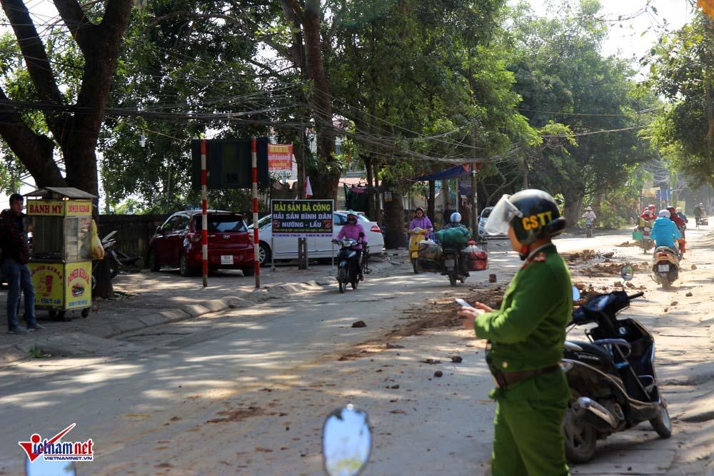 Xe máy lạc lái làm xiếc trên phố Hà Nội ngập đất, đá-6