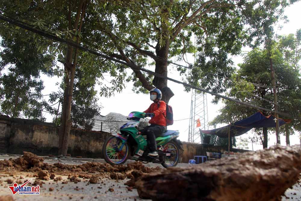 Xe máy lạc lái làm xiếc trên phố Hà Nội ngập đất, đá-7