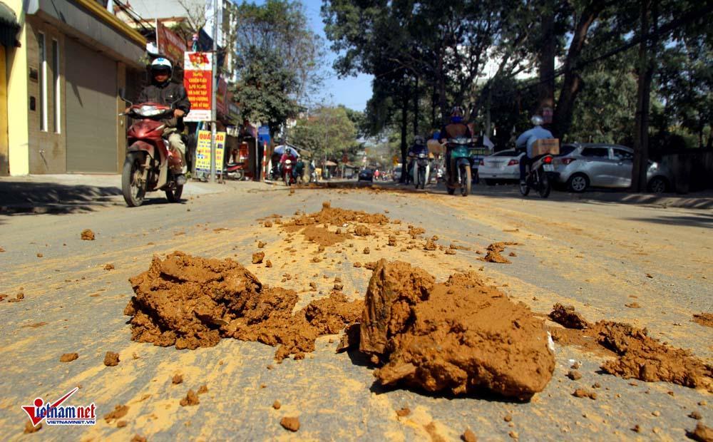 Xe máy lạc lái làm xiếc trên phố Hà Nội ngập đất, đá-8
