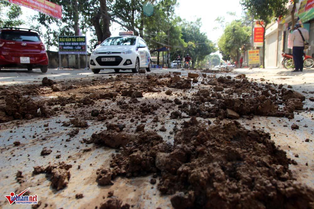 Xe máy lạc lái làm xiếc trên phố Hà Nội ngập đất, đá-9