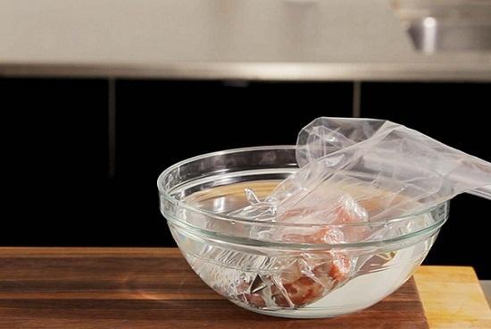 Rã đông thịt bằng nước lạnh hay lò vi sóng: cách nào an toàn hơn?-1