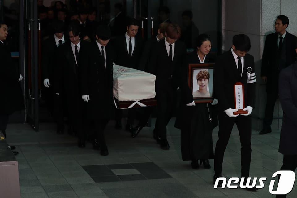 Những giọt nước mắt nghẹn ngào trong lễ tang SHINee Jonghyun-3