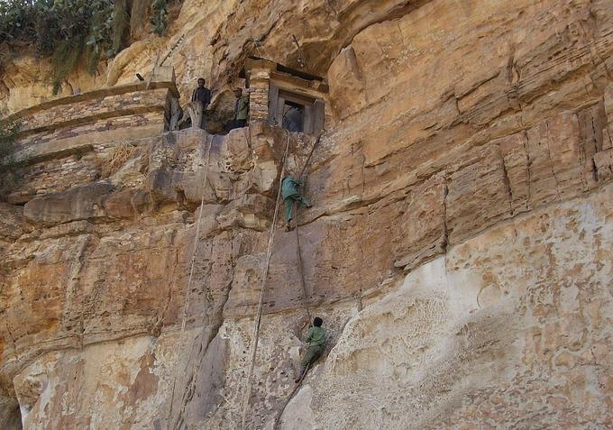 Những nhà thờ bí mật ẩn trong vách đá dựng đứng ở Ethiopia-9