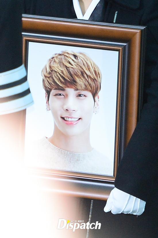 Những giọt nước mắt nghẹn ngào trong lễ tang SHINee Jonghyun-1