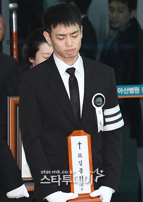 Những giọt nước mắt nghẹn ngào trong lễ tang SHINee Jonghyun-2