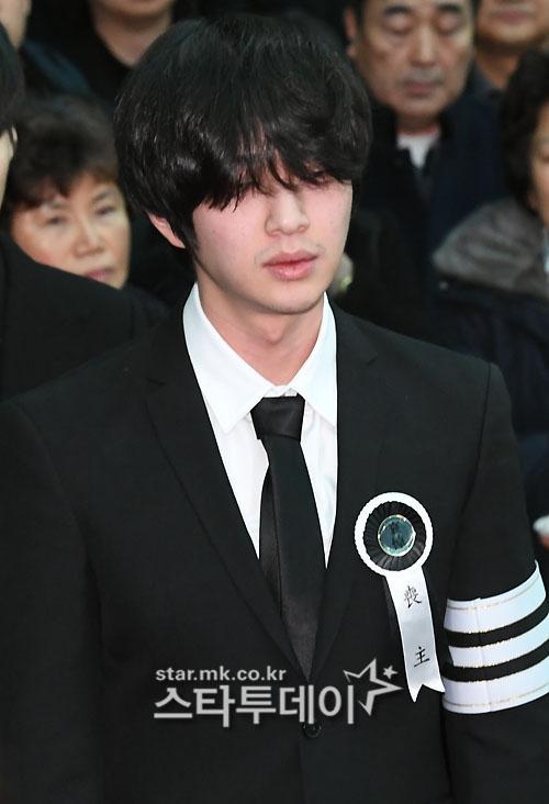 Những giọt nước mắt nghẹn ngào trong lễ tang SHINee Jonghyun-6