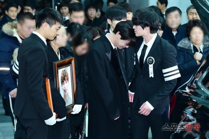 Những giọt nước mắt nghẹn ngào trong lễ tang SHINee Jonghyun-8