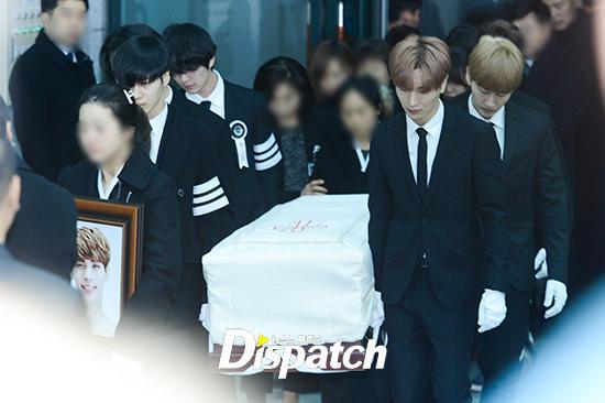 Những giọt nước mắt nghẹn ngào trong lễ tang SHINee Jonghyun-4