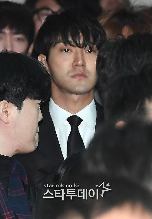 Những giọt nước mắt nghẹn ngào trong lễ tang SHINee Jonghyun-10