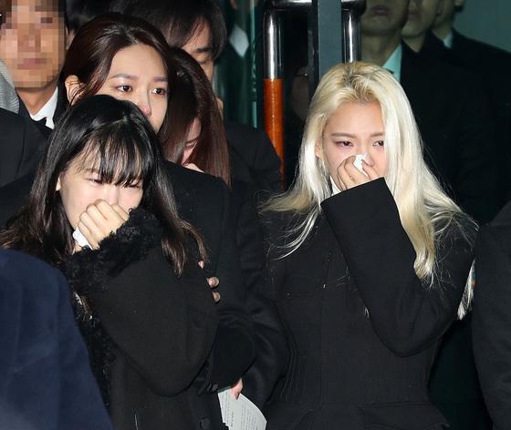 Những giọt nước mắt nghẹn ngào trong lễ tang SHINee Jonghyun-13