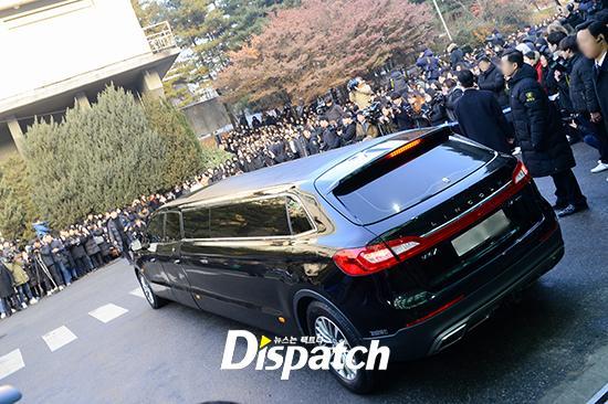 Những giọt nước mắt nghẹn ngào trong lễ tang SHINee Jonghyun-14