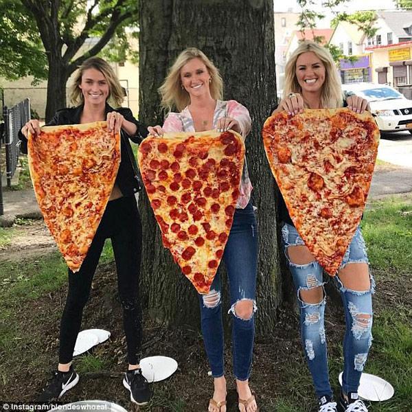 Sốt xình xịch món pizza khổng lồ to bằng tấm thảm, giá 240 nghìn/miếng-1