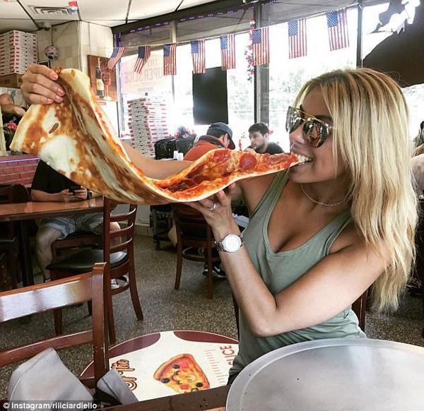 Sốt xình xịch món pizza khổng lồ to bằng tấm thảm, giá 240 nghìn/miếng-2