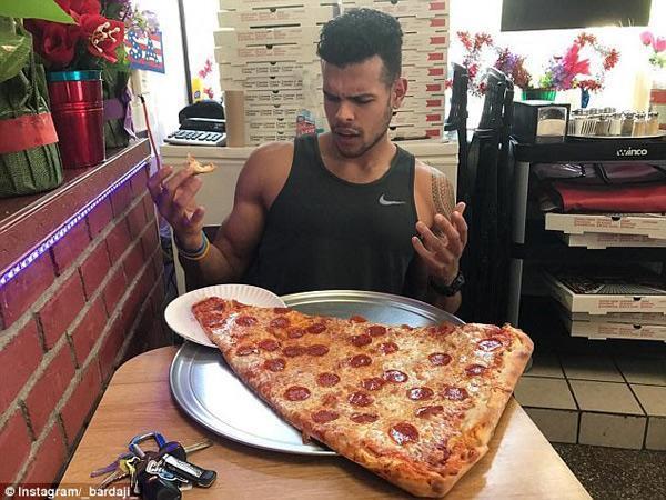 Sốt xình xịch món pizza khổng lồ to bằng tấm thảm, giá 240 nghìn/miếng-4