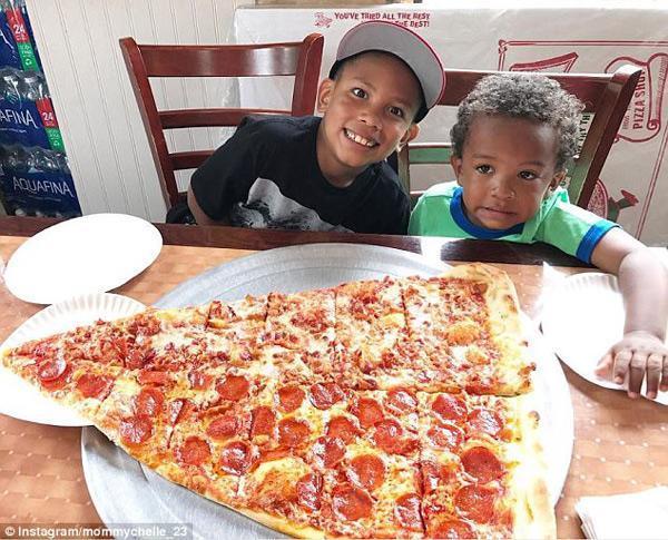 Sốt xình xịch món pizza khổng lồ to bằng tấm thảm, giá 240 nghìn/miếng-5