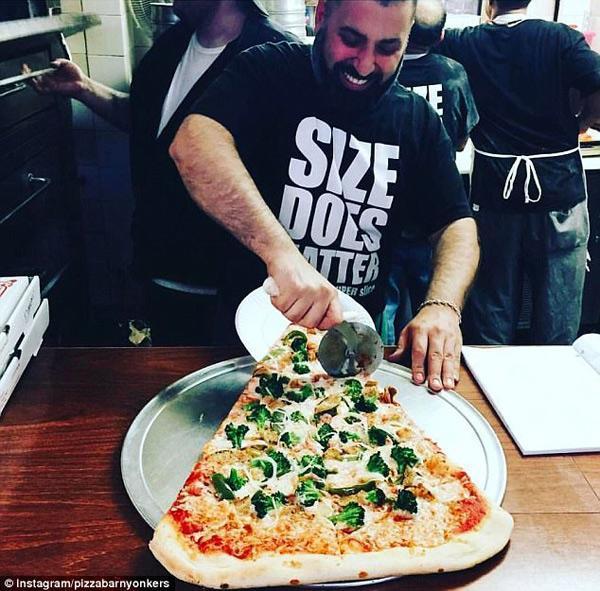 Sốt xình xịch món pizza khổng lồ to bằng tấm thảm, giá 240 nghìn/miếng-6
