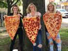 Sốt xình xịch món pizza 'khổng lồ' to bằng tấm thảm, giá 240 nghìn/miếng