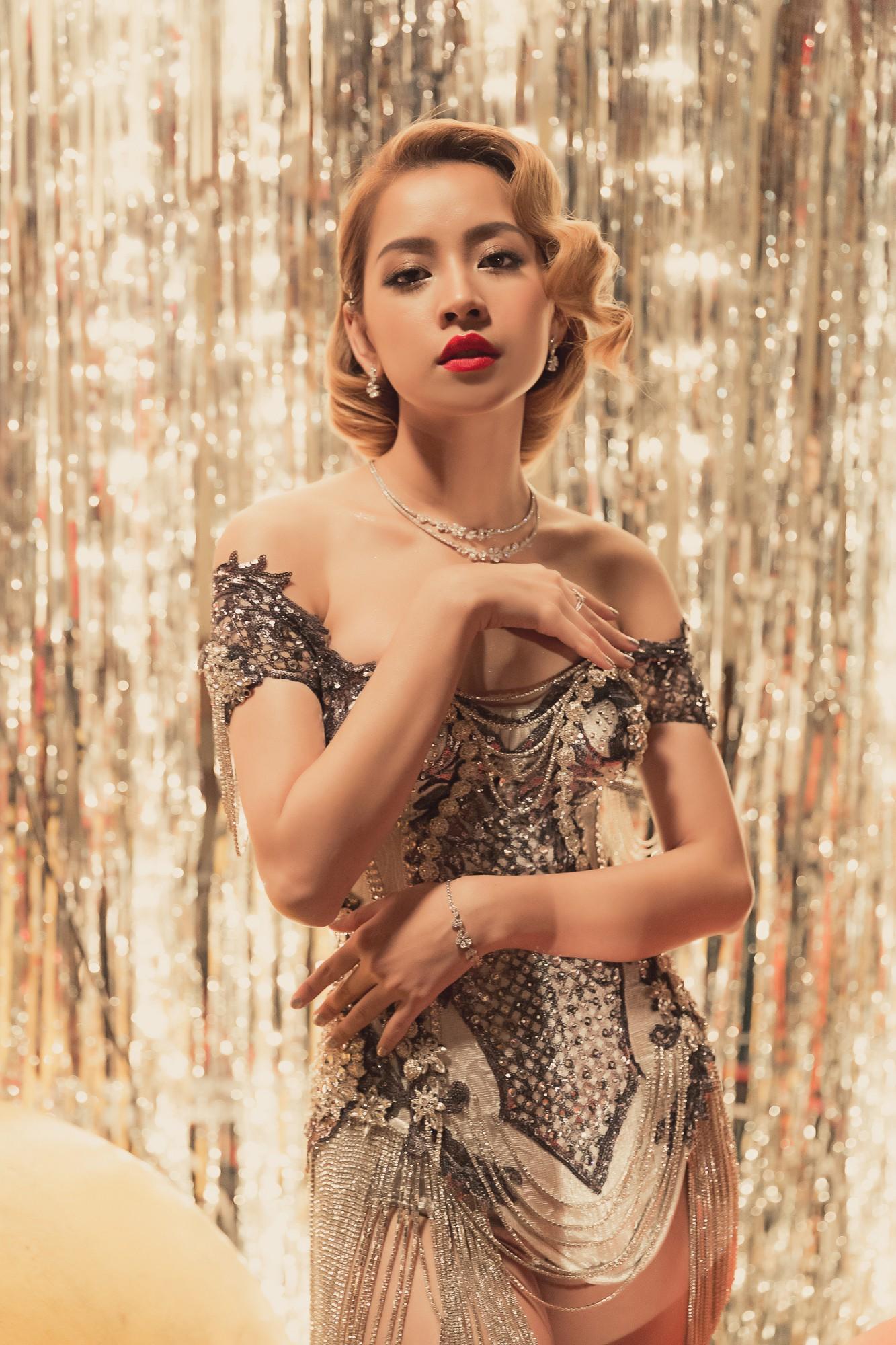 Gỡ mác hot girl, Chi Pu phô diễn vòng 1 bốc lửa, đẹp không chịu thua dù đụng váy với đàn chị Minh Tú-2