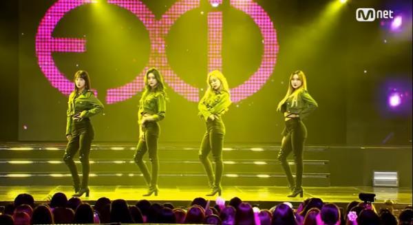 EXID đeo ruy băng đen tưởng niệm đàn anh Jonghyun trên sân khấu M Countdown-1
