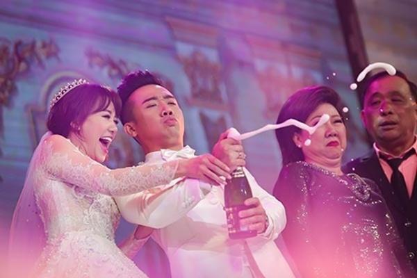 Loạt hình ảnh cực kỳ hài hước chưa được tiết lộ trong lễ cưới Trấn Thành - Hari Won-2