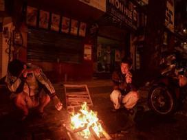 Ảnh hot trong tuần: Thời tiết xuống dưới 20 độ bất thường, người Sài Gòn đốt củi sưởi ấm