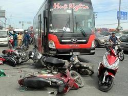 Ôtô khách tông gần chục xe dừng đèn đỏ ở Sài Gòn