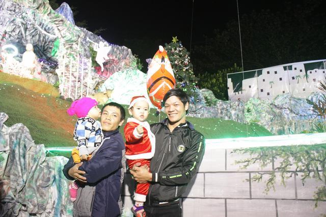 Người dân nườm nượp đón Noel trong thời tiết se lạnh, mưa nhỏ-10