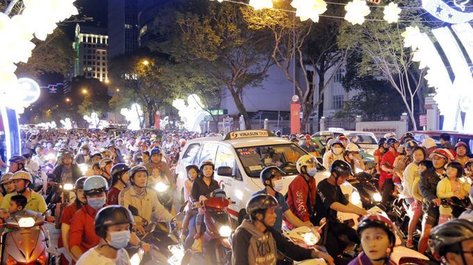 Đón Giáng sinh ở trung tâm Sài Gòn-1