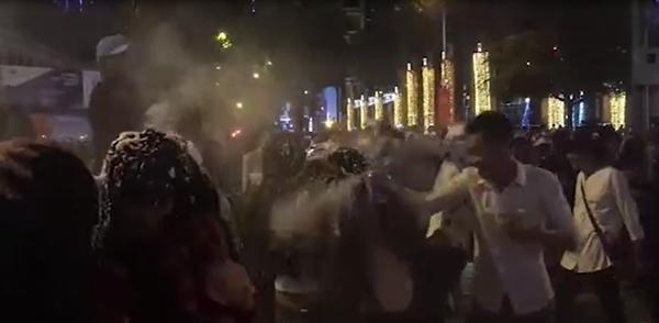 Nhóm thanh niên gây bức xúc khi mang bọt tuyết trắng xịt thẳng mặt người đi đường-5