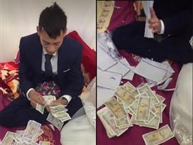 Cô dâu, chú rể 'mừng rơi nước mắt' khi mỏi mồm đếm tiền lẻ mừng cưới của hội bạn thân