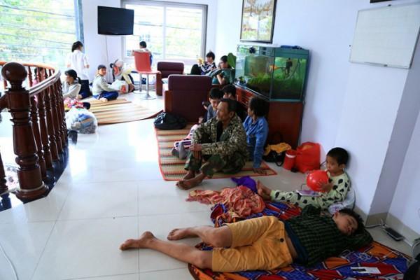Tình người trong cơn bão Tembin: Người dân được ăn cơm miễn phí, vào khách sạn trú ẩn-1
