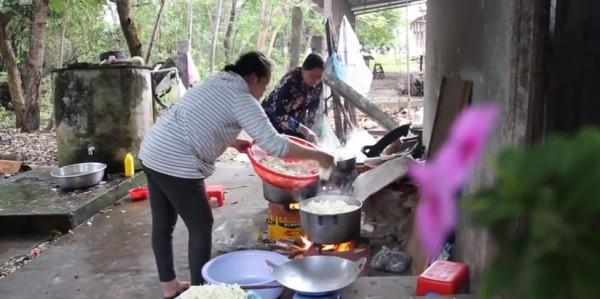 Tình người trong cơn bão Tembin: Người dân được ăn cơm miễn phí, vào khách sạn trú ẩn-5