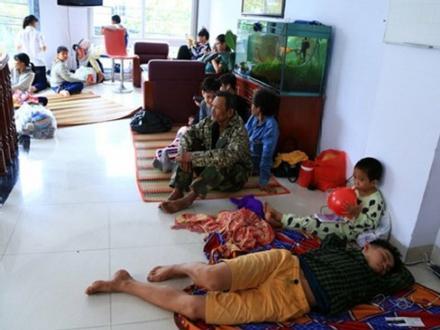 Tình người trong cơn bão Tembin: Người dân được ăn cơm miễn phí, vào khách sạn trú ẩn