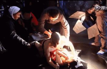Triệu Lệ Dĩnh cũng chả sung sướng gì khi đóng cảnh nóng mà bị bao quanh bởi nhiều nhân viên nam trong phim trường.