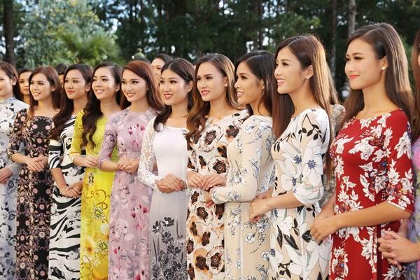 Dàn thí sinh Hoa hậu Hoàn vũ kẻ chín người mười khi khoe sắc với áo dài nền nã-1