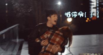 Thế nên đằng sau phân cảnh ngọt ngào, lãng mạn trên phim là hậu trường hài hước của cả 2 diễn viên.