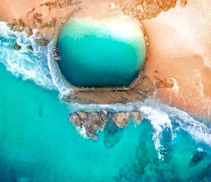 Bể bơi lộ thiên đẹp tựa viên ngọc lạc giữa biển khơi-1