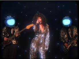 'Yêu 5' của Rhymastic thời thập niên 80 với màn nhung, tóc xù mì dành riêng cho các phụ huynh