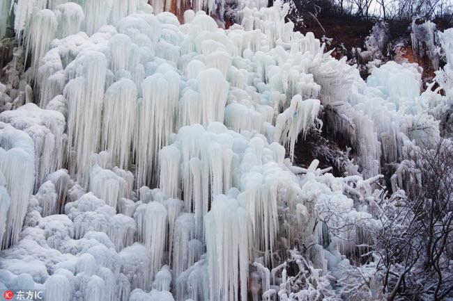 Ngắm thác băng nhân tạo đẹp mê hồn ở Trung Quốc-1
